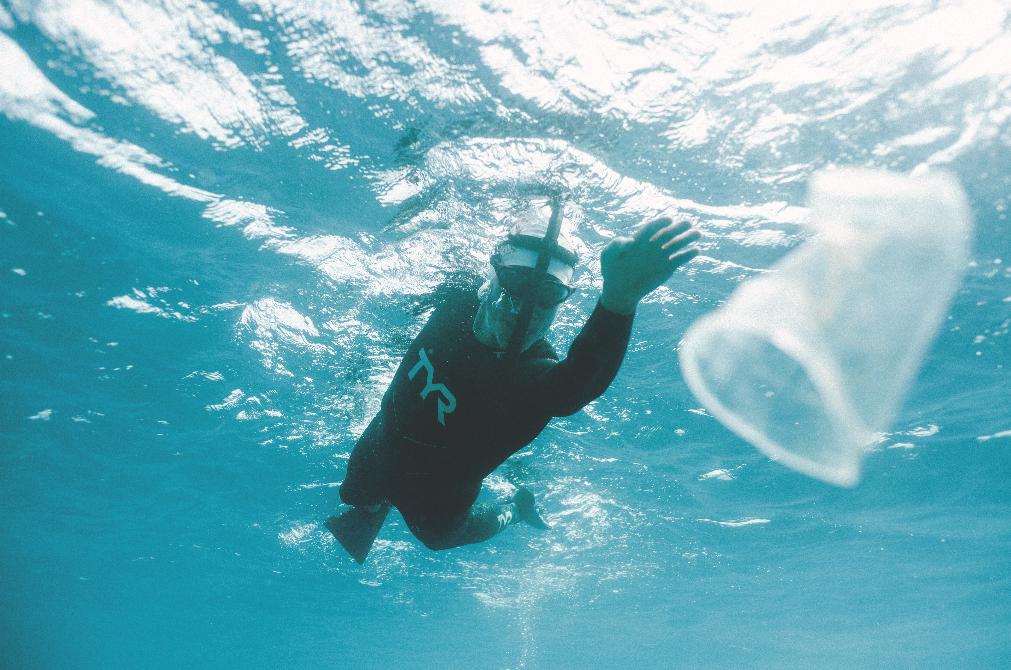 O supernadador que está atravessando, a nado, o maior lixão dos mares