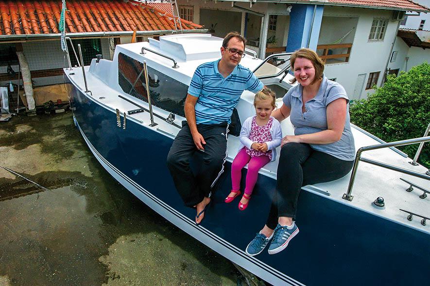 A família catarinense que construiu um barco no telhado de casa