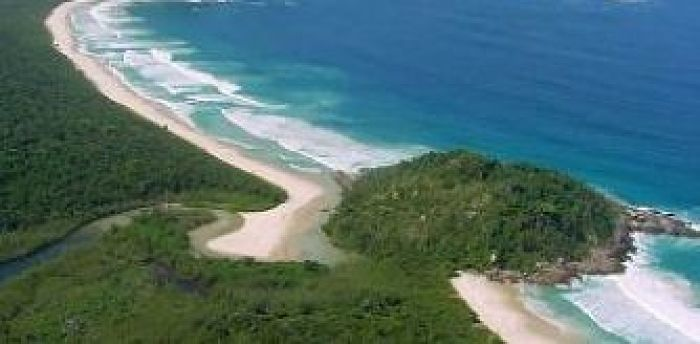 A linda praia do litoral do Rio de Janeiro onde ninguém pode entrar. Nem de barco
