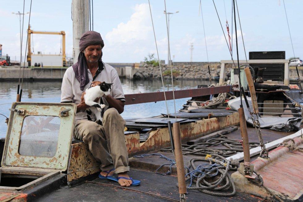 Sete meses à deriva no mar e dividindo o pouco que tinha com um gato