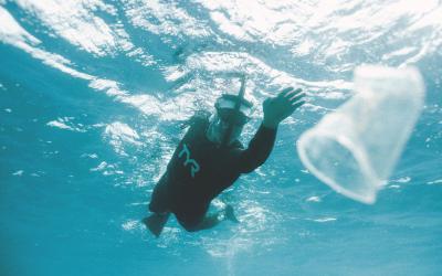 O supernadador que atravessou a nado o maior lixão dos mares