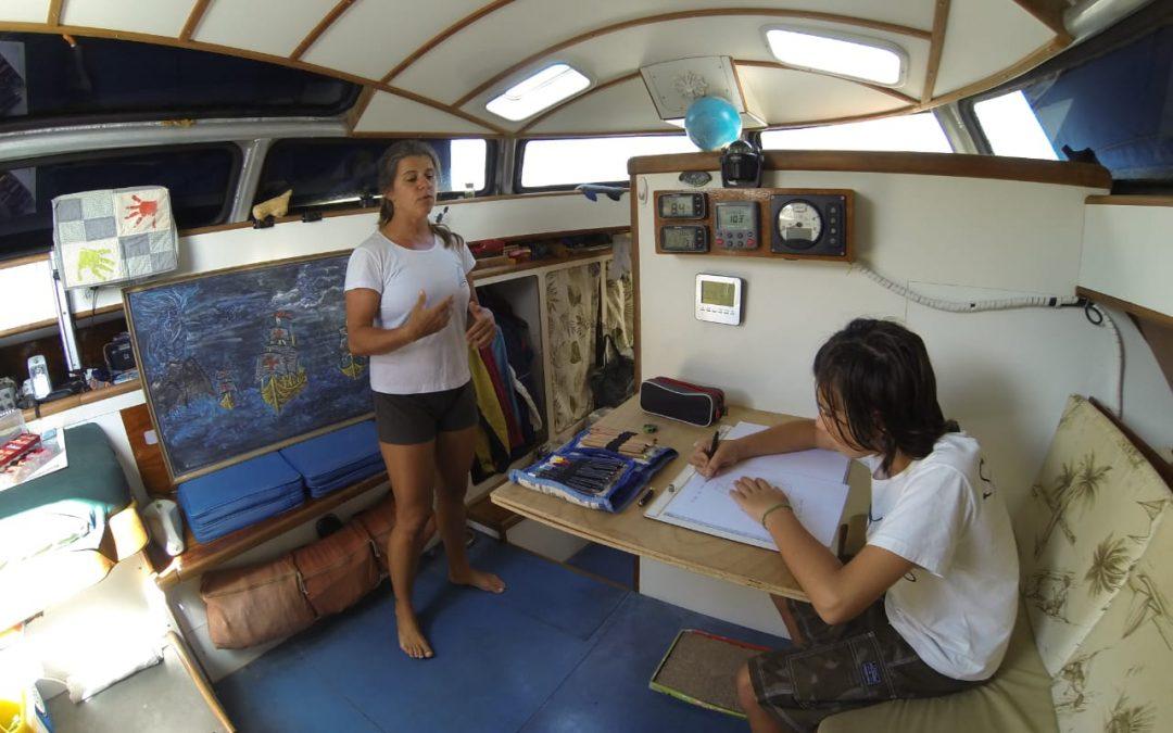 O barco-escola que um casal montou para o filho, enquanto navegam no Caribe