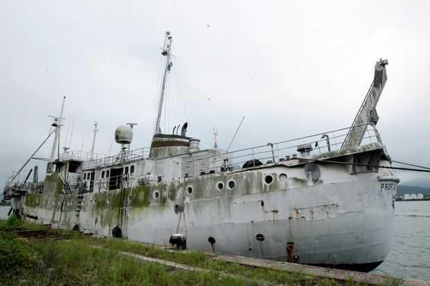 Abandonado, navio histórico ameaça afundar no próprio porto de Santos