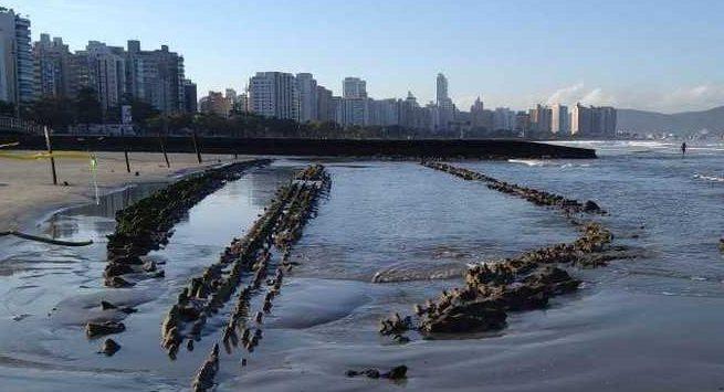 O que se sabe sobre o barco que surgiu soterrado na praia de Santos