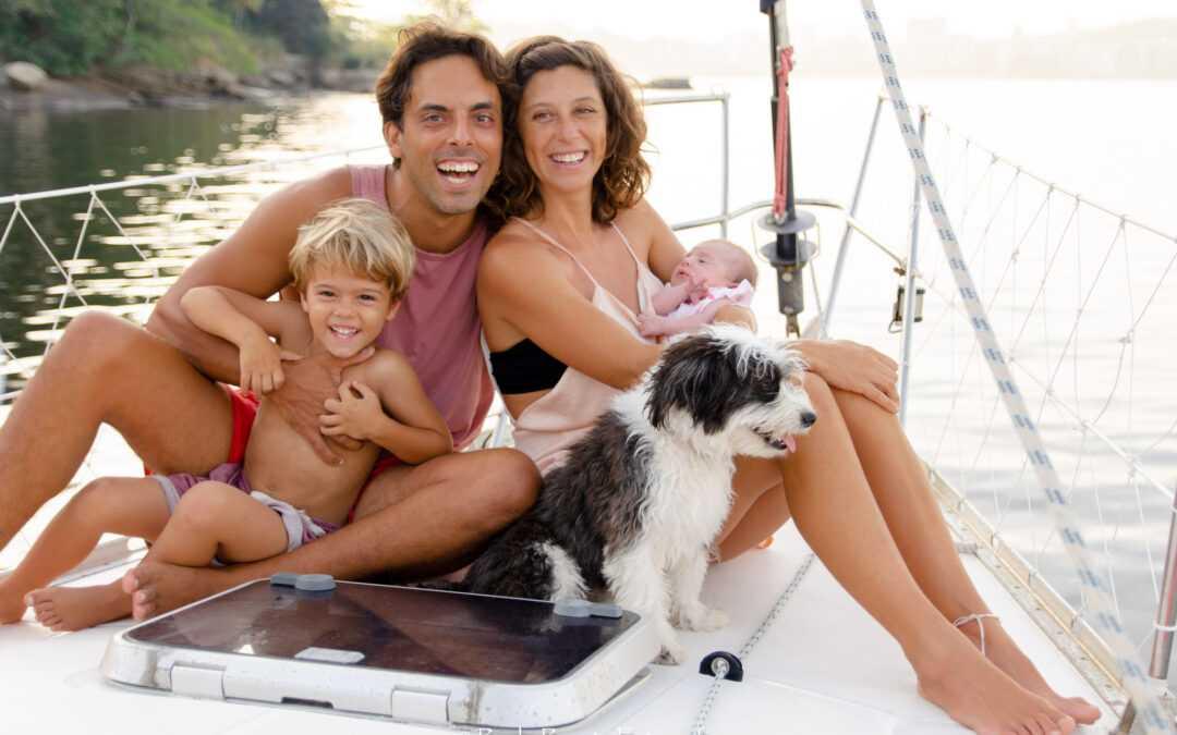 A família que vive com menos de dois salários mínimo, uma criança e um bebê num barco