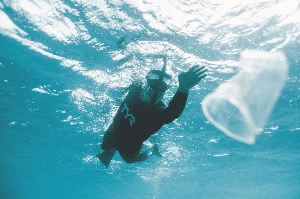 O francês que atravessou, nadando, o maior lixão dos mares