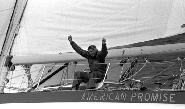 O cinquentão que trucidou o recorde da volta ao mundo à vela